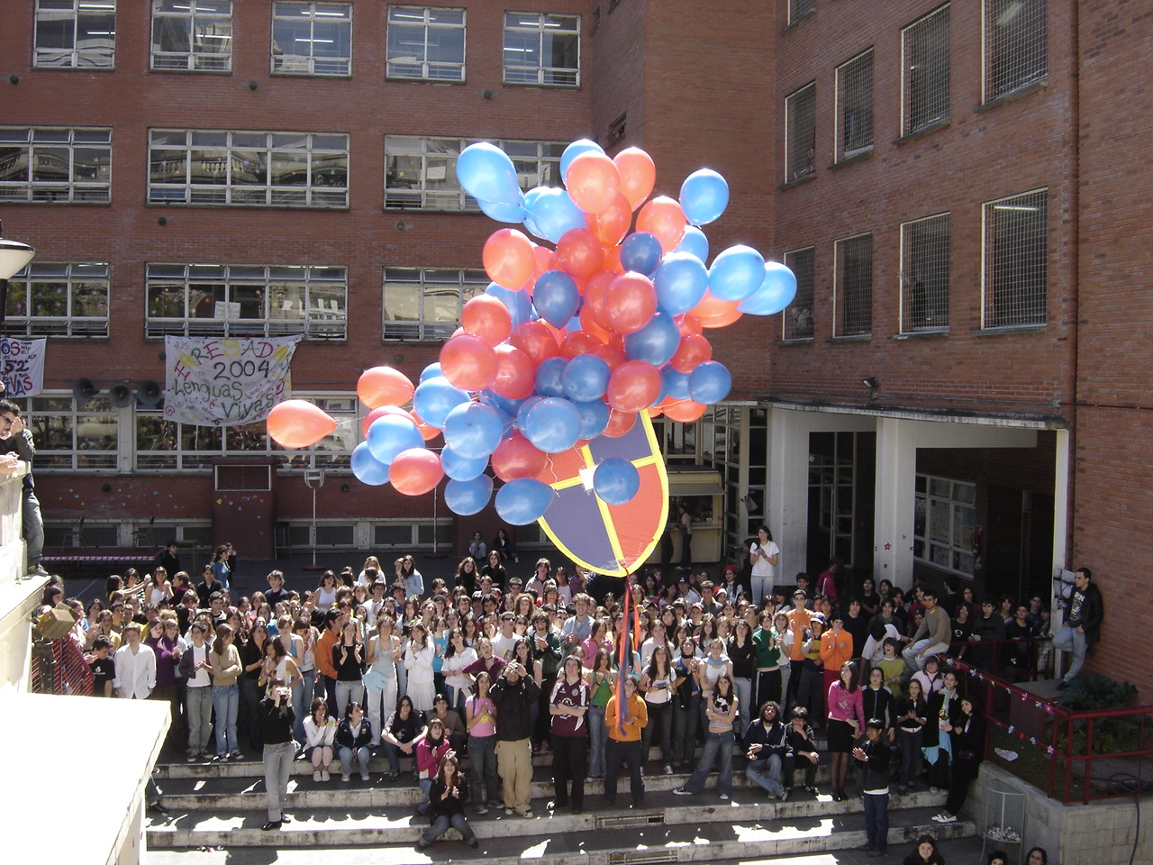 Edificio nuevo con globos